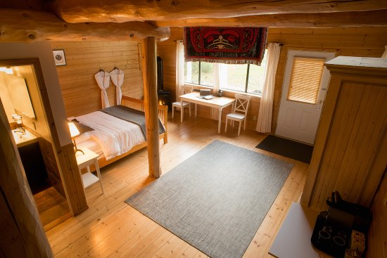 Stuie, Canada: Loft Chalet. Queen bed plus Double bed and Single bed in loft. Gas fireplace. En-suite bathroom
