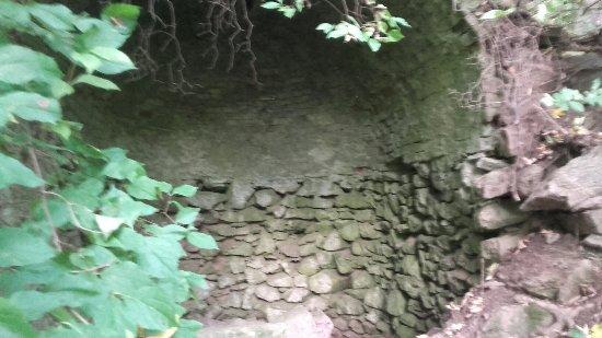 Lubenec, جمهورية التشيك: Lubenecky Bílý kříž v povzdálí na jedné fotce lze vidět zamek hrabě Lažanskeho