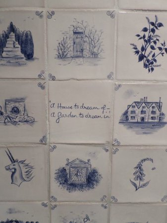 Lapworth, UK: Tiles with a saying of the house