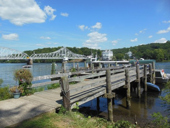 Haddam, CT: This is the dock to get to the boat...Goodspeed Opera House is across the river