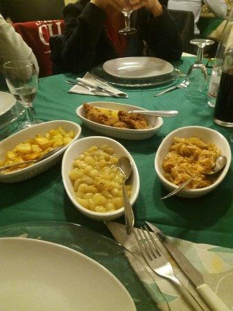 Castell'Azzara, Ιταλία: Primi, secondi e contorni semplicemente eccezionali, cucinati benissimo e serviti in un ambiente