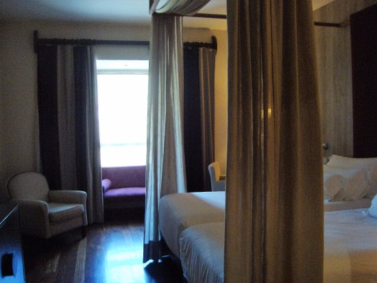 NH Collection Palacio de Burgos: 客室 寝心地の良いベッド