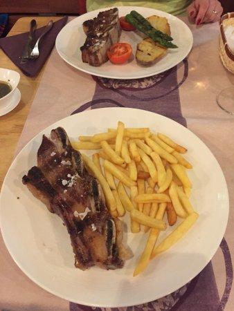 Provincia de Girona, España: Schönes Restaurant und leckere Ribs vom Rind