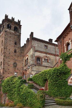 Castello di Camino: Castello con giardino.