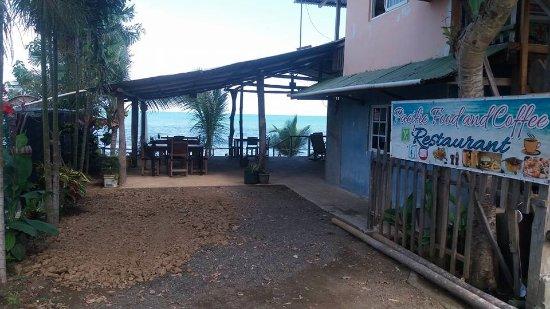 Tonosi, Panama: Entrada con estacionamiento. Desde la calle se puede ver el mar