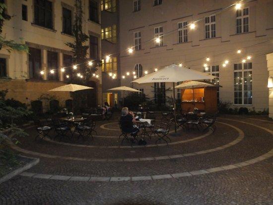 Restaurant Villers: Courtyard tables