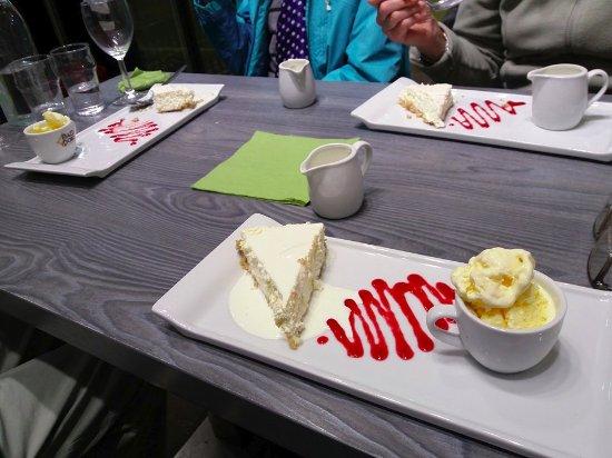 Cromford, UK: Dessert of home-made lemon cheesecake, cream and ice-cream.