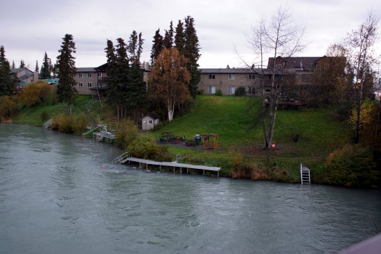 Kenai River Lodge: View of hotel from the bridge