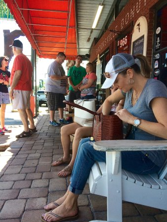 Brooksville, FL: Waiting out front to be seated.