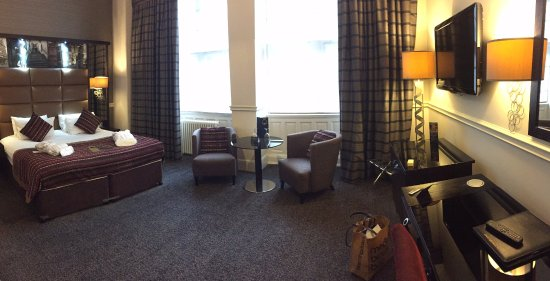 Grand Central Hotel: Deluxe room with bathrobes