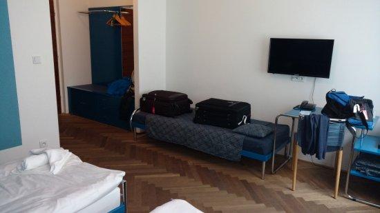 AXA hotel: Perchero, no hay placard, y se ve un poquito del ventilador