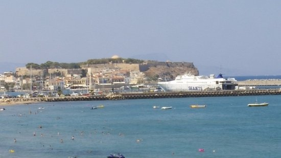 Hotel Medusa: View of town from beach in front of hote