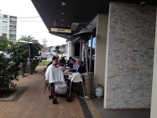 Narrabeen, Australia: Outside cafe seating, lots of seating indoors.
