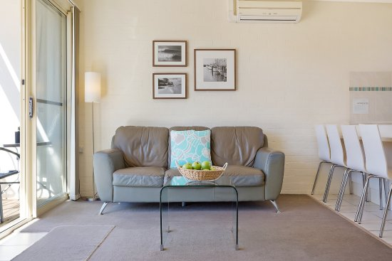 Seashells Apartments Merimbula: Leather lounges - just add you!