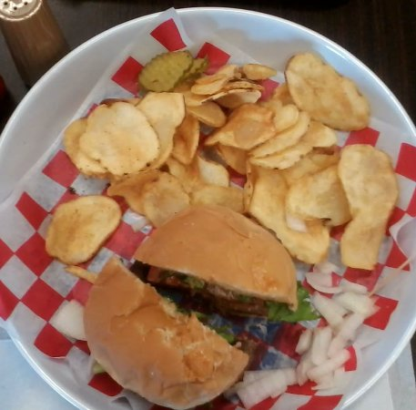 Mallett Brothers Barbecue: Hamburger Basket with Homemade Chips
