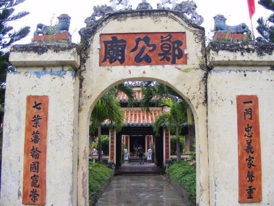 Ha Tien, Vietnam: Cổng chính dẫn vào khu đền thờ gia đình danh nhân Mạc Cửu.