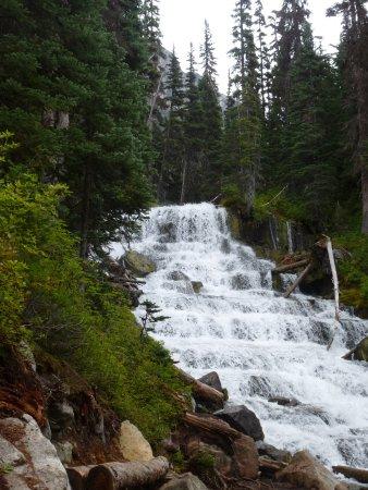 เพมเบอร์ตัน, แคนาดา: The waterfall between upper and middle lake