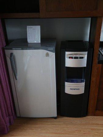 The Samara: 左は冷蔵庫、右はウォーターサーバー
