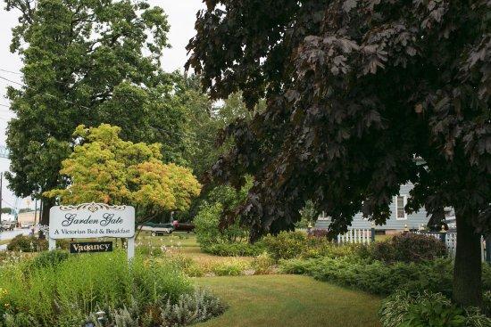 Garden Gate Bed and Breakfast: Front garden