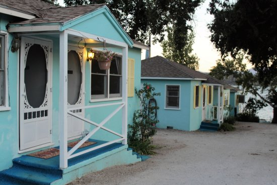 Clearlake Oaks, CA: exterior of our side by side cottage.