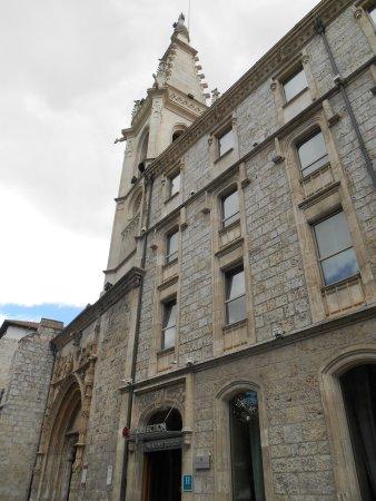 NH Collection Palacio de Burgos: 教会と一体になったようなホテルとエントランス