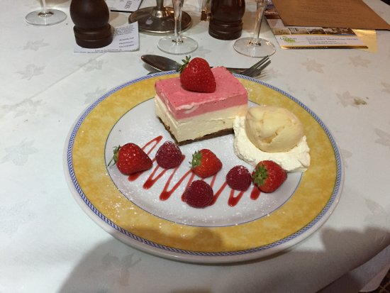 Tarrant Monkton, UK: Cheesecake with home made ice cream