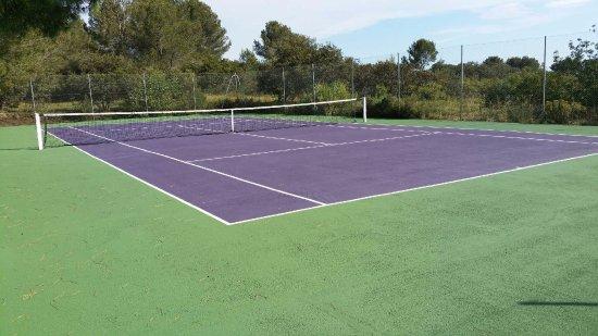 Cornillon-Confoux, Francia: Le nouveau court de tennis