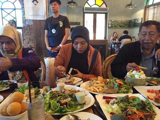 Saraphi, Thailand: makan siang dengan rekan-rekan