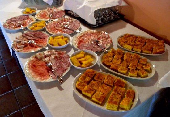 Pegognaga, Italy: Dettaglio degli antipasti con vari salumi e frittatine.