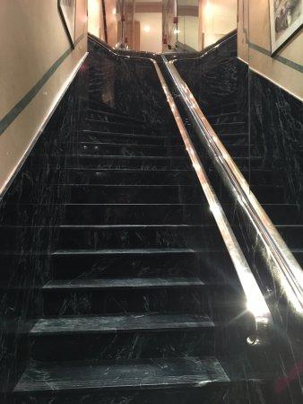 Hotel du Lion : L'escalier menant à la réception.