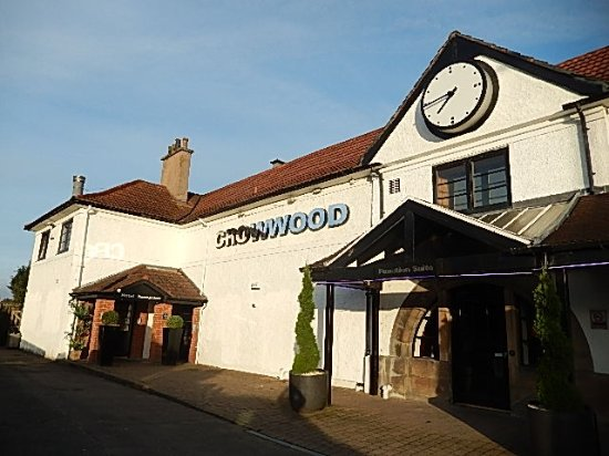 Halo Crowwood House Hotel : ホテルの外観はかわいらしい