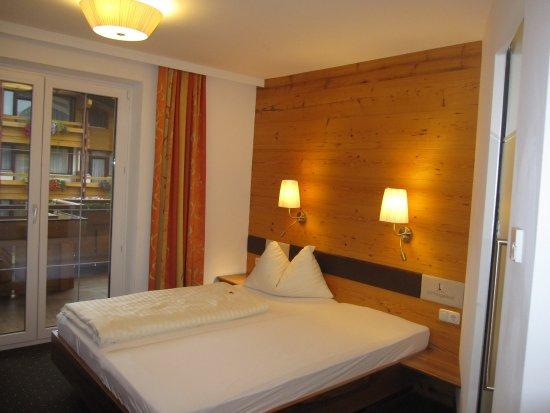 Hotel Lohningerhof: Fint rum. Badrummet är till höger.