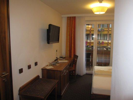 Hotel Lohningerhof: Rummet ur en annan vinkel. Dörren (låst) leder till nästa rum.
