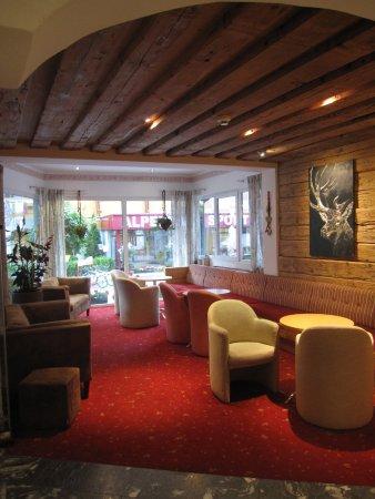 """Hotel Lohningerhof: """"Lounge area"""". Lite livlöst kanske."""