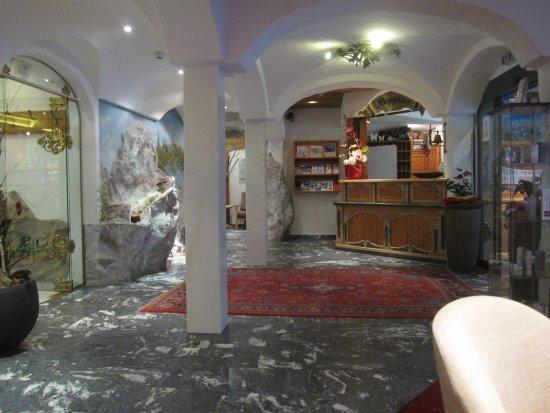 Hotel Lohningerhof: Receptionen och ingången till matsalen.