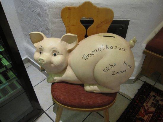 Hotel Lohningerhof: Mata grisen och skänk en slant till personalen.