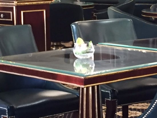 Turnberry, UK: Smeared glass tables in lounge and restaurant