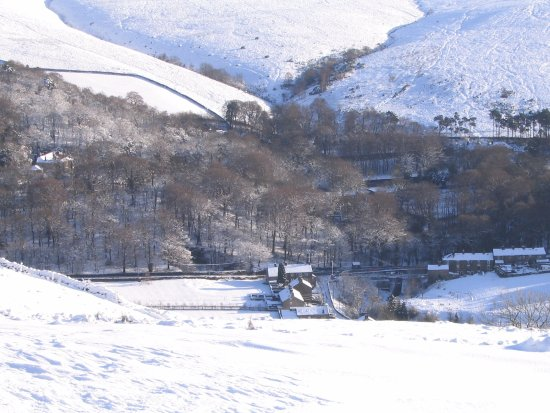 Little Hayfield, UK: Wintry scene - View of pub from part way up Lantern Pike