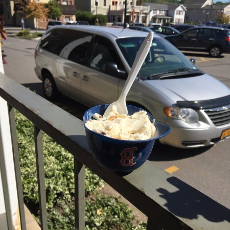 Fairport, NY: Ice Cream Factory - my cookie dough ice cream in a ballcap dish!