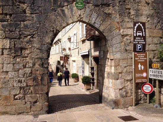 La porta di rocamaduor e l 39 hotel nello sfondo photo de for La porta media