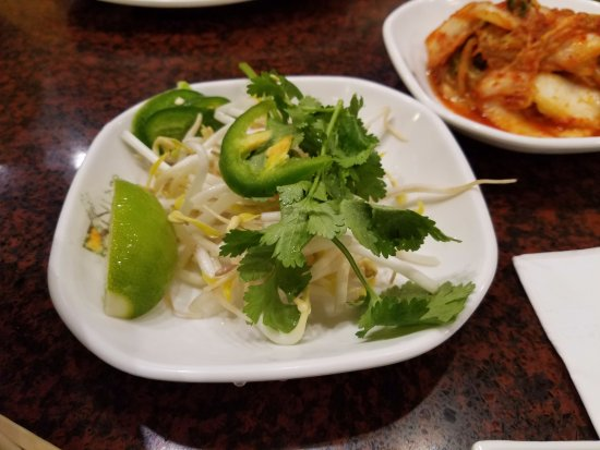 Bayside, Nova York: Lime, bean sprouts, jalapeños and parsley for the pho noodles