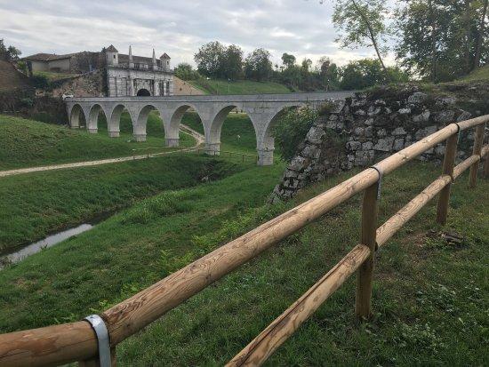Palmanova, Włochy: L'acquedotto e sullo sfondo porta Udine