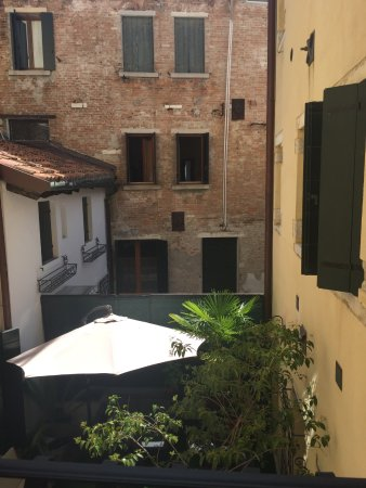 Hotel Antigo Trovatore: La vista desde la habitación al patio