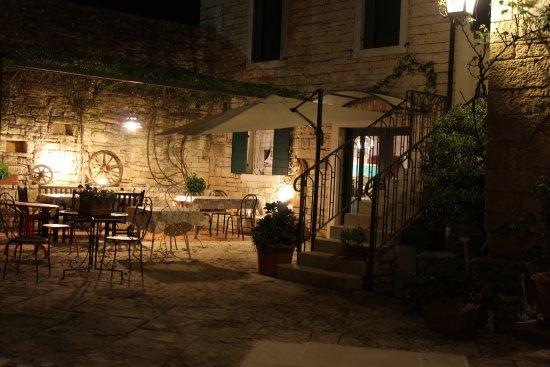 Zminj, Chorwacja: Esterno illuminato