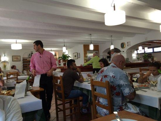 Es Cranc: Local amplio, limpio, perfecto; y Josep con camisa pistacho, para pasar desapercibido ...