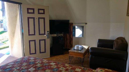 Wigwam Motel: TV and fridge