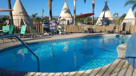 Wigwam Motel: Pool and Wigwam No. 7 behind