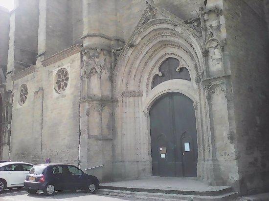 Castelnaudary Tourisme: très jolie église dommage qu il y est des voitures en stationnement
