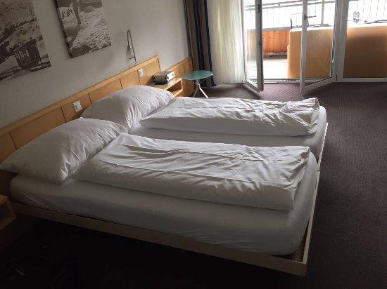 Wildhaus, Швейцария: Fotos aus dem Zimmer 223. herrliche Aussicht. Grosses Zimmer.