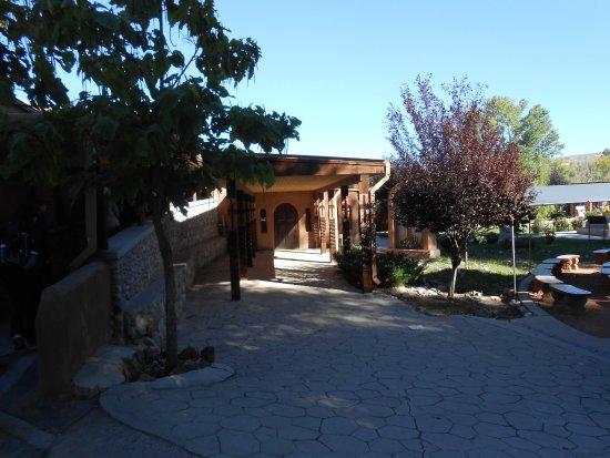 Chimayo, Nuevo Mexico: Covered Walkway at Santuario